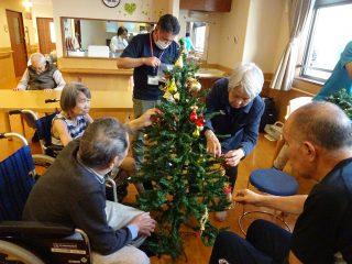 クリスマスツリー飾りつけ